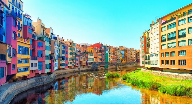 Auch besonders zu bestaunen ist die bunte Häuserreihe am Fluss Onyar in Girona.(#02)