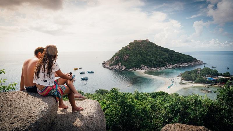 Khao Lak hat zusätzlich den Reiz traumhafter Strände, die das Gefühl von Luxus, Abenteuer und Erholung vereinen. Eine Rundreise durch Thailand mit Abstecher in den malerischen Südwesten des Landes lohnt sich.