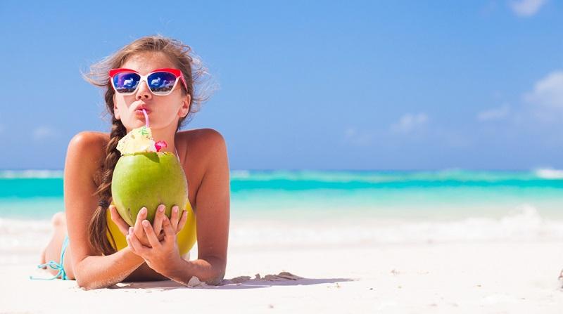 Coconut Beach Weißer, feiner Sand, soweit das Auge reicht. Hellblau leuchtendes Wasser mit sanften Wellen.