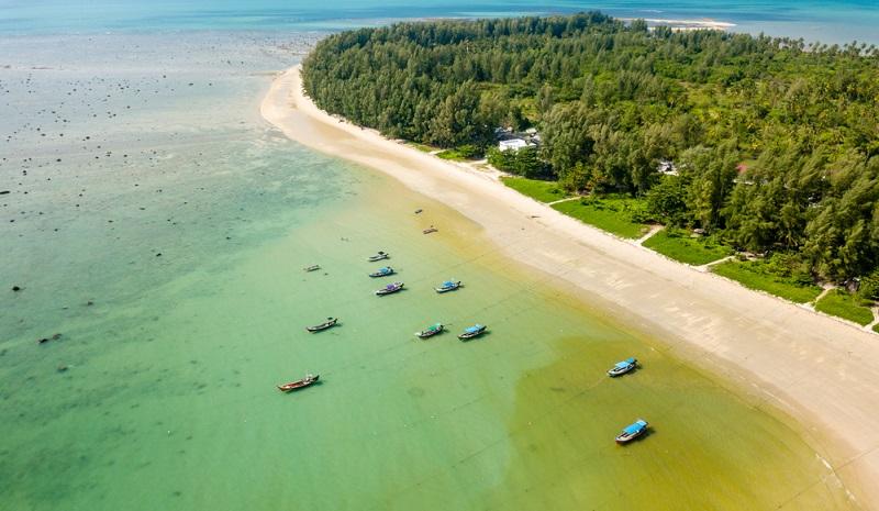 Pakarang hat seinen ganz eigenen Charme. Der Strandabschnitt liegt nahe des Pakarang Cape, einer Landzunge, die ins Meer ragt und eine Sehenswürdigkeit der Region ist.
