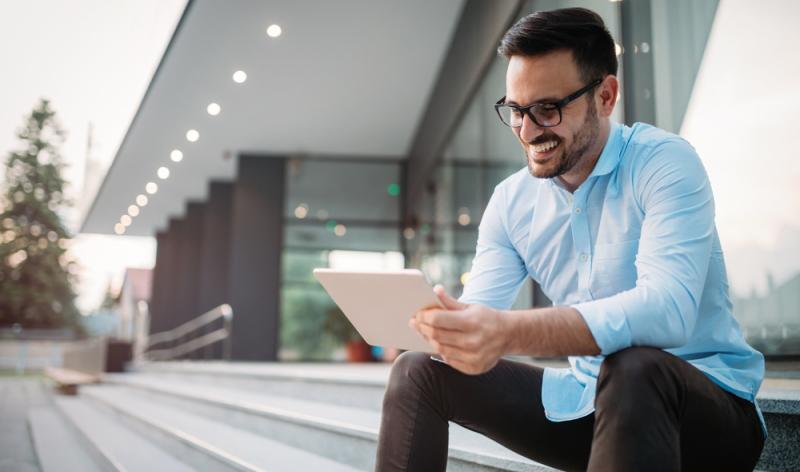 Mit einem modernen Tablet kann man auch in den Ferien perfekt im Internet surfen (Foto: Shutterstock - nd3000)
